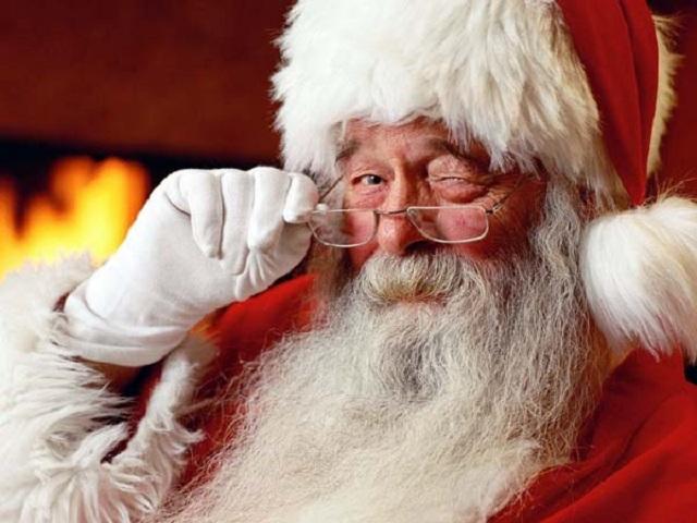 Imagini pentru Înainte de Crăciun, un politician cinstit, un avocat binevoitor și Moș Crăciun se aflau în liftul unui hotel foarte select. Înainte ca ușa să se deschidă, observă o bancnotă de o sută de mii pe jos.