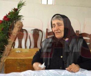 FOTO / Lacrimi amare la capelă! Mama Marioarei îşi plânge fiica