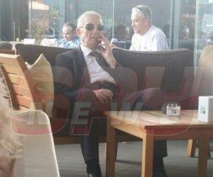 Ce face un fost general de 87 de ani când iese în oraș? Imagini INCREDIBILE cu Victor Athanasie Stănculescu