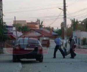 Revoltător! Imagini halucinante! Un bărbat este târât ca un sac de cartofi de polițiști! Explicația oamenilor legii este incredibilă