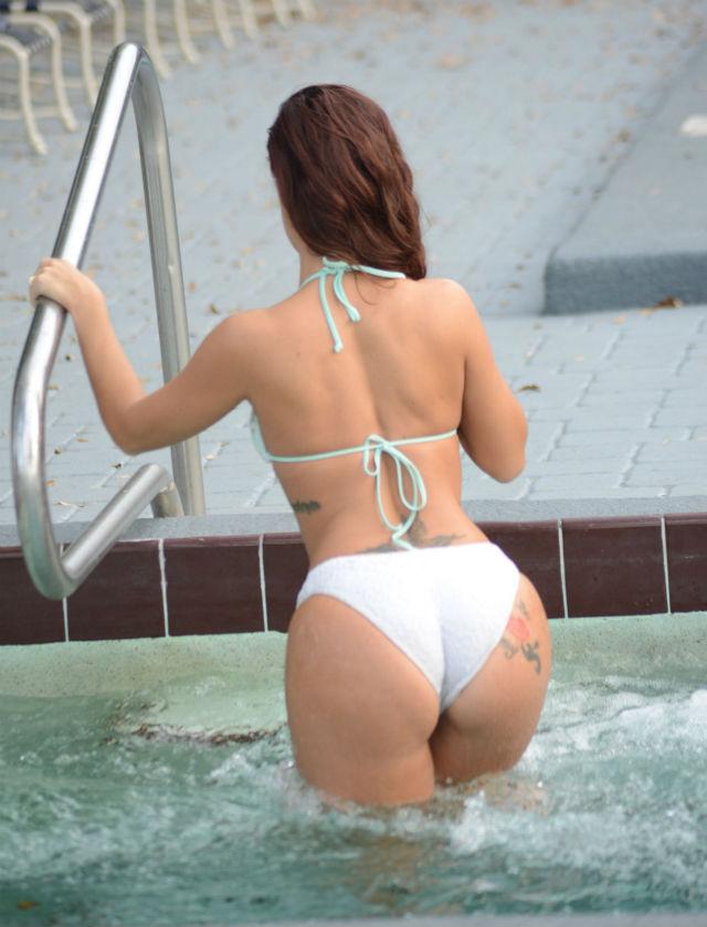 Foto o celebr actri de filme porno scene fierbin i for Videos porno en las piscinas